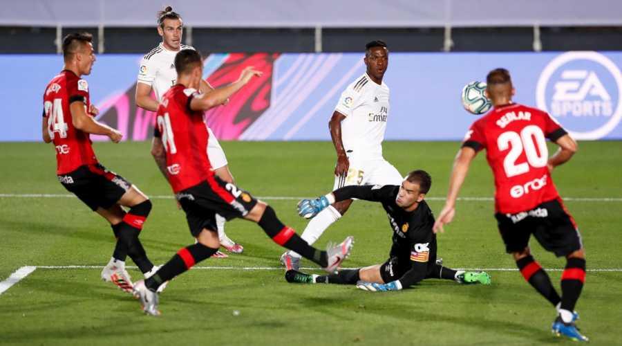 Madrid y Barcelona ganan sus partidos sin excesivo brillo y continúan empatados en cabeza